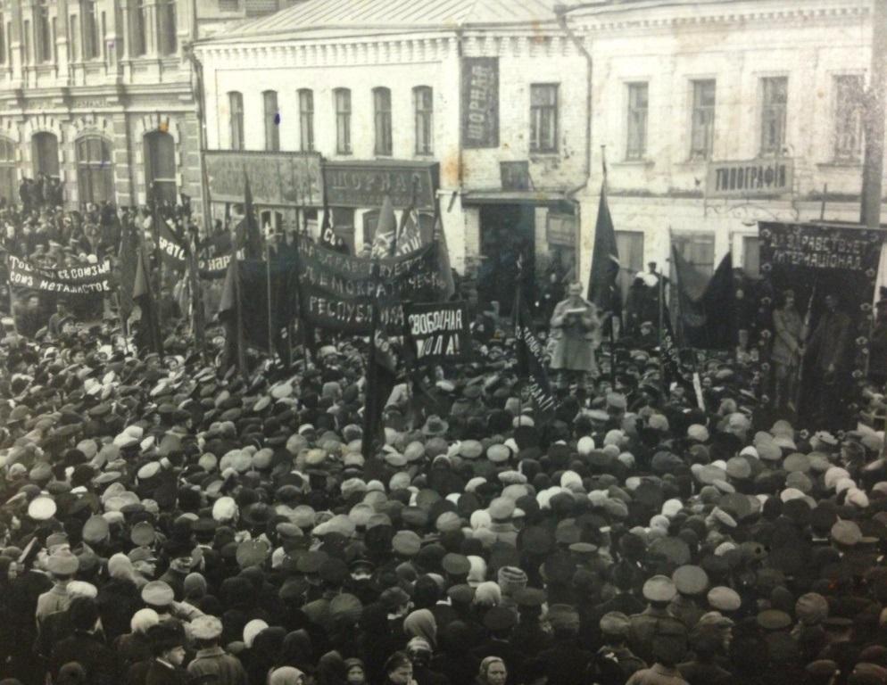 Miting v 1917 g. V Ivanove vo vremja Fevralskoi revolutsii (Leninski prospekt). Wikimedia Commons.