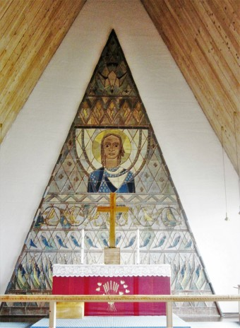 Kuva 3. Margrethe ja Jens von der Lippen keramiikkareliefi Vuoreijan kirkossa. Kuva Sisko Ylimartimo.